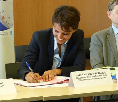 Signature de la convention télétravail par Najat Vallaud Belkacem